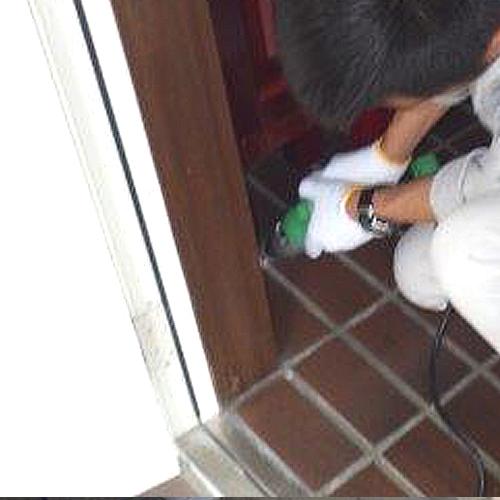 ②玄関タイル下部への注入処理